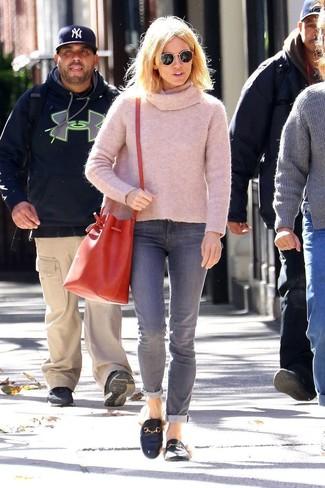 Как и с чем носить: розовый свитер с хомутом, серые джинсы, черные кожаные лоферы, красная кожаная сумка-мешок