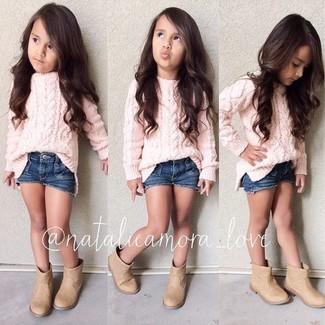 Как и с чем носить: розовый свитер, темно-синие джинсовые шорты, светло-коричневые ботинки