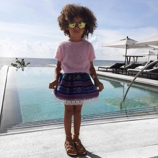 Как и с чем носить: розовый свитер, темно-синяя юбка, светло-коричневые босоножки, золотые солнцезащитные очки