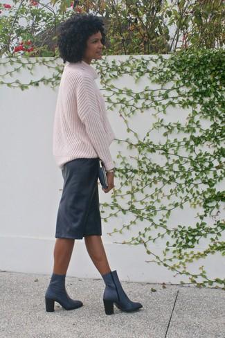 Как и с чем носить: розовый вязаный свободный свитер, черная кожаная юбка-карандаш, темно-синие кожаные ботильоны, темно-синий кожаный клатч