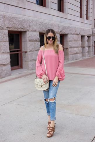 Как и с чем носить: розовый топ с открытыми плечами, синие рваные джинсы скинни, коричневые кожаные босоножки на каблуке, белая кожаная сумка через плечо