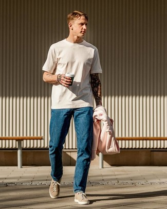 Как и с чем носить: розовый худи, белая футболка с круглым вырезом, синие джинсы, бежевые замшевые низкие кеды