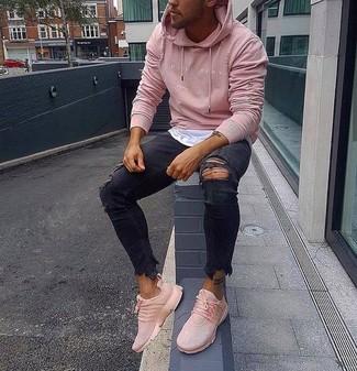 Как и с чем носить: розовый худи, белая футболка с круглым вырезом, черные рваные зауженные джинсы, розовые кроссовки