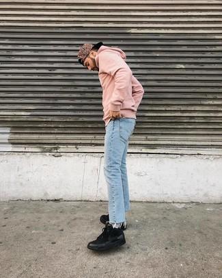 Как и с чем носить: розовый худи, голубые джинсы, черные кроссовки, розовая бейсболка с принтом