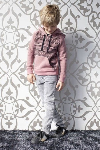 Как и с чем носить: розовый худи, серые джинсы, черные кеды