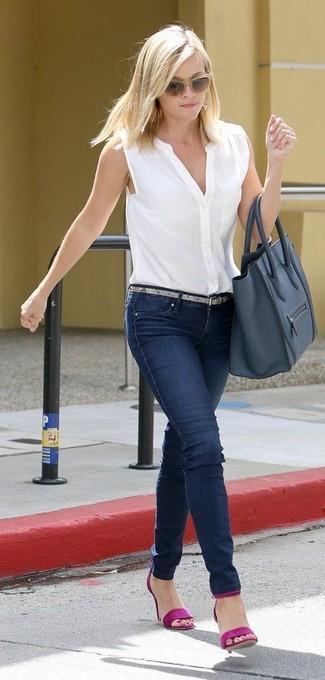 Как и с чем носить: белая рубашка без рукавов, темно-синие джинсы скинни, пурпурные кожаные босоножки на каблуке, темно-синяя кожаная большая сумка