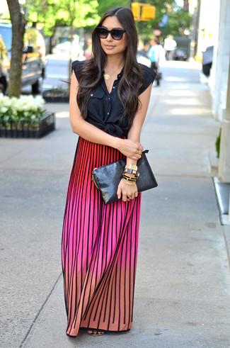 Как и с чем носить: черная рубашка без рукавов, разноцветная вязаная длинная юбка, золотые кожаные вьетнамки, черный кожаный клатч