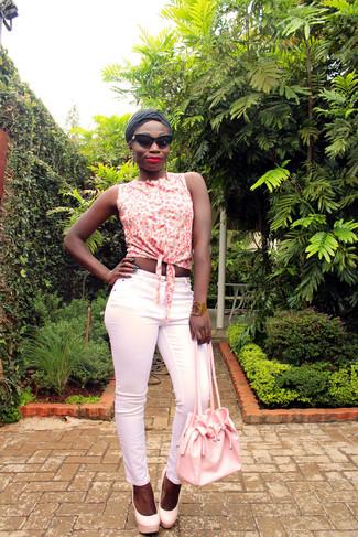 Как и с чем носить: белая рубашка без рукавов с цветочным принтом, розовые узкие брюки, розовые кожаные туфли, розовая кожаная сумка-мешок
