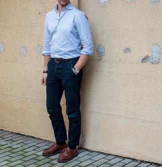 С чем носить темно-коричневые кожаные часы мужчине: Бело-синяя рубашка с длинным рукавом в вертикальную полоску и темно-коричневые кожаные часы помогут составить несложный и комфортный образ для выходного в парке или вечера в баре с друзьями. Дополнив образ коричневыми кожаными ботинками дезертами, ты привнесешь в него нотки мужественной элегантности.