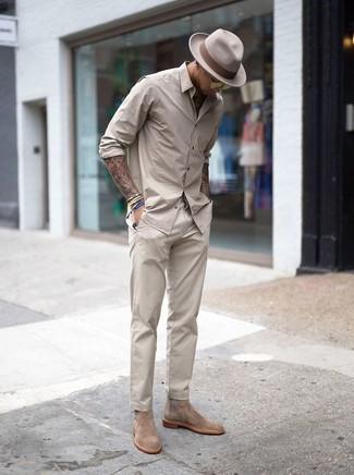 Как и с чем носить: бежевая рубашка с длинным рукавом, бежевые брюки чинос, бежевые замшевые ботинки челси, бежевая шерстяная шляпа