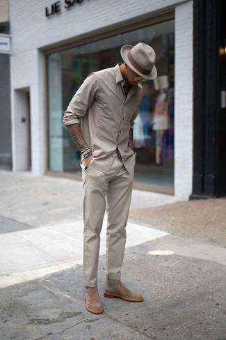 Серебряные часы: с чем носить и как сочетать мужчине: Такое простое и комфортное сочетание вещей, как бежевая рубашка с длинным рукавом и серебряные часы, полюбится джентльменам, которые любят проводить дни в постоянном движении. Завершив лук светло-коричневыми замшевыми ботинками челси, можно привнести в него нотки мужественной элегантности.