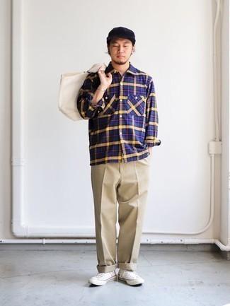 Темно-синяя рубашка с длинным рукавом в шотландскую клетку: с чем носить и как сочетать мужчине: Темно-синяя рубашка с длинным рукавом в шотландскую клетку и светло-коричневые брюки чинос — обязательные элементы образцового мужского гардероба. Закончи лук белыми высокими кедами из плотной ткани, если не хочешь, чтобы он получился слишком формальным.