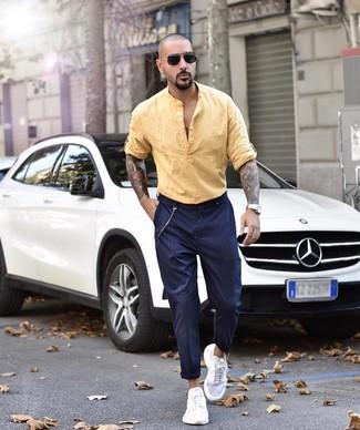 Как и с чем носить: желтая льняная рубашка с длинным рукавом, темно-синие брюки чинос в вертикальную полоску, белые кроссовки, черные солнцезащитные очки