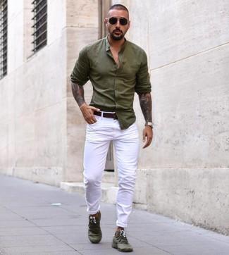 Как и с чем носить: оливковая рубашка с длинным рукавом, белые брюки чинос, оливковые кроссовки, темно-коричневый кожаный ремень