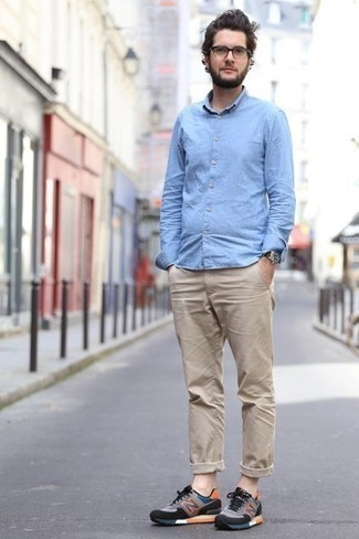 Разноцветные кроссовки: с чем носить и как сочетать мужчине: Образ из голубой рубашки с длинным рукавом из шамбре и светло-коричневых брюк чинос позволит воплотить в твоем луке городской стиль современного парня. Нравится рисковать? Тогда дополни ансамбль разноцветными кроссовками.