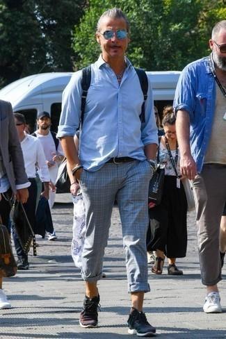 Темно-синие кроссовки: с чем носить и как сочетать мужчине: Примерь на себя сочетание голубой рубашки с длинным рукавом и серых брюк чинос в шотландскую клетку, и ты получишь модный непринужденный мужской лук для повседневной носки. Такой ансамбль легко адаптировать к повседневным нуждам, если закончить его темно-синими кроссовками.