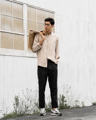 С чем носить бежевую рубашку с длинным рукавом мужчине: Бежевая рубашка с длинным рукавом и черные брюки чинос — неотъемлемые составляющие в гардеробе мужчин с чувством стиля. Этот лук органично дополнят бело-черные кроссовки.