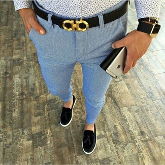 Как и с чем носить: голубая рубашка с длинным рукавом с принтом, голубые брюки чинос, черные замшевые лоферы с кисточками, черный кожаный ремень