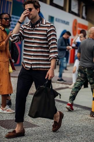 Как и с чем носить: разноцветная рубашка с длинным рукавом в горизонтальную полоску, черные брюки чинос, коричневые замшевые лоферы с кисточками, темно-коричневая большая сумка из плотной ткани