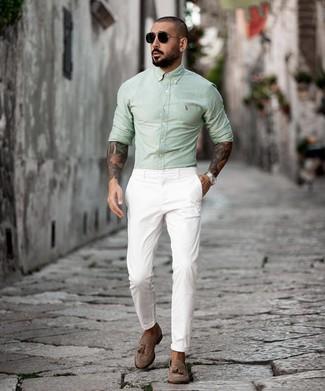 Как и с чем носить: мятная рубашка с длинным рукавом, белые брюки чинос, коричневые замшевые лоферы с кисточками, черные солнцезащитные очки