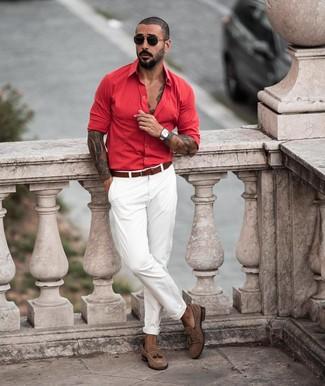 Как и с чем носить: красная рубашка с длинным рукавом, белые брюки чинос, коричневые замшевые лоферы с кисточками, коричневый кожаный ремень