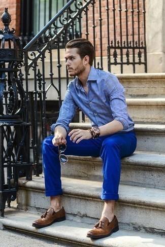 Темно-коричневый браслет из бисера: с чем носить и как сочетать мужчине: Если этот день тебе предстоит провести в движении, сочетание голубой рубашки с длинным рукавом в шотландскую клетку и темно-коричневого браслета из бисера позволит создать комфортный лук в непринужденном стиле. Любишь яркие ансамбли? Заверши лук коричневыми кожаными лоферами с кисточками.