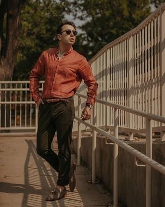 Мужские луки: Оранжевая льняная рубашка с длинным рукавом и оливковые брюки чинос надежно закрепились в гардеробе современных мужчин, помогая создавать незаезженные и практичные ансамбли. Думаешь сделать ансамбль немного строже? Тогда в качестве дополнения к этому луку, выбирай серые лоферы с кисточками из плотной ткани.