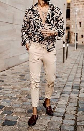 С чем носить бежевые брюки чинос: Несмотря на то, что это достаточно легкий образ, тандем бежевой рубашки с длинным рукавом с принтом и бежевых брюк чинос приходится по душе джентльменам, а также покоряет сердца представительниц прекрасного пола. Любишь свежие луки? Закончи ансамбль темно-коричневыми кожаными лоферами с кисточками.