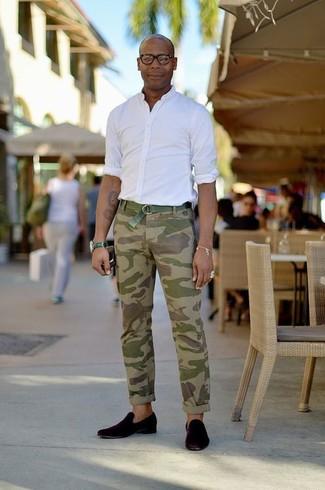 С чем носить мятные кожаные часы мужчине: Если в одежде ты ценишь комфорт и функциональность, белая рубашка с длинным рукавом и мятные кожаные часы — хороший выбор для модного мужского образа на каждый день. В тандеме с черными замшевыми лоферами такой ансамбль смотрится особенно удачно.