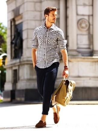 Бело-черная рубашка с длинным рукавом в мелкую клетку и темно-синие брюки чинос — выгодные инвестиции в твой гардероб. Коричневые замшевые лоферы добавят образу изысканности.
