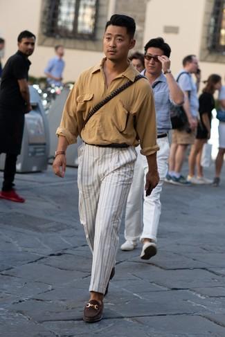 Как и с чем носить: светло-коричневая рубашка с длинным рукавом, белые брюки чинос в вертикальную полоску, темно-коричневые замшевые лоферы, черный кожаный ремень