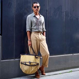 Как и с чем носить: голубая льняная рубашка с длинным рукавом, светло-коричневые брюки чинос, коричневые замшевые лоферы, светло-коричневая большая сумка из плотной ткани