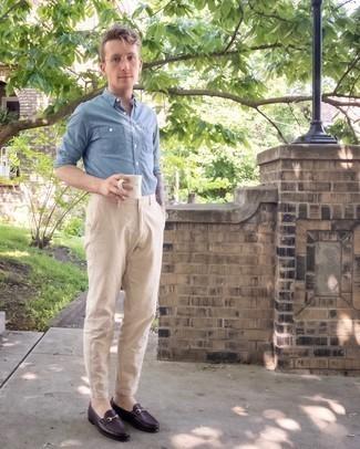 Мужские луки: Любителям стиля кэжуал полюбится дуэт голубой рубашки с длинным рукавом из шамбре и бежевых брюк чинос. Любители необычных луков могут закончить образ темно-красными кожаными лоферами, тем самым добавив в него чуточку нарядности.