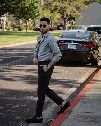 Мужские луки: Серая рубашка с длинным рукавом и черные брюки чинос отлично вписываются в гардероб самых требовательных молодых людей. Любишь эксперименты? Закончи лук черными замшевыми лоферами.