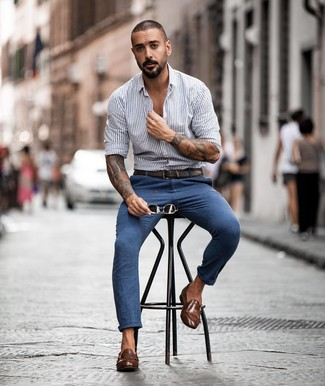 Как и с чем носить: серая рубашка с длинным рукавом в вертикальную полоску, синие брюки чинос, коричневые кожаные монки с двумя ремешками, темно-коричневый кожаный ремень