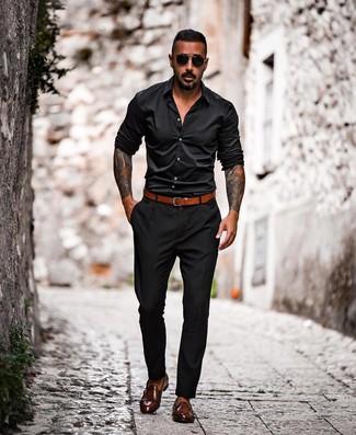 Как и с чем носить: черная рубашка с длинным рукавом, черные брюки чинос, темно-коричневые кожаные монки с двумя ремешками, табачный кожаный ремень