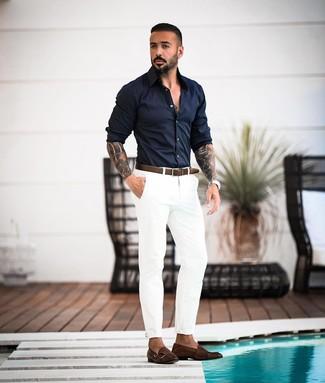Как и с чем носить: темно-синяя рубашка с длинным рукавом, белые брюки чинос, темно-коричневые кожаные монки с двумя ремешками, темно-коричневый кожаный ремень