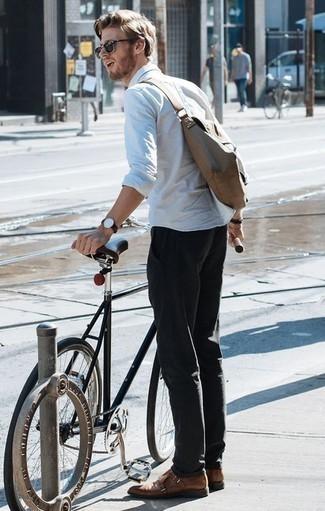 Коричневые кожаные монки с двумя ремешками: с чем носить и как сочетать: Если превыше всего ты ценишь комфорт и практичность, попробуй это тандем белой рубашки с длинным рукавом и черных брюк чинос. Хочешь добавить в этот ансамбль нотку эффектности? Тогда в качестве обуви к этому образу, обрати внимание на коричневые кожаные монки с двумя ремешками.