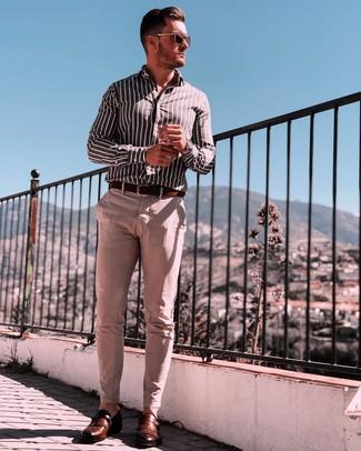 Как и с чем носить: черно-белая рубашка с длинным рукавом в вертикальную полоску, бежевые брюки чинос, коричневые кожаные монки, темно-коричневый кожаный ремень