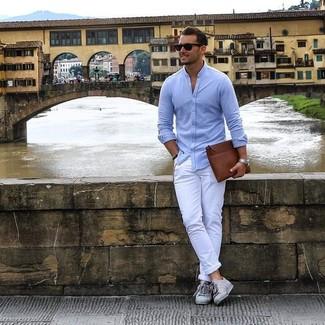 Как и с чем носить: голубая рубашка с длинным рукавом, белые брюки чинос, серые низкие кеды, коричневый кожаный мужской клатч