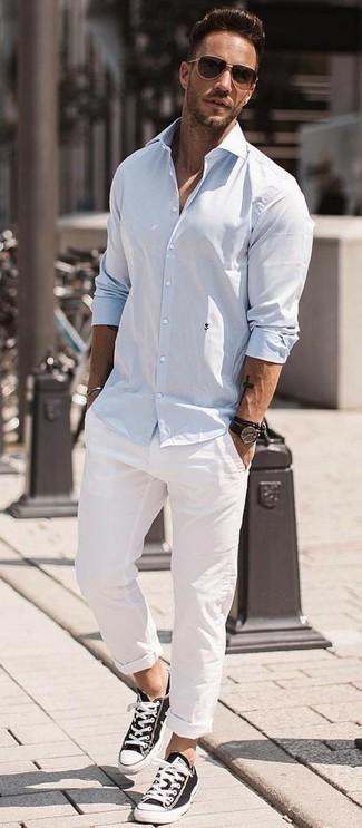 Как и с чем носить: голубая рубашка с длинным рукавом, белые брюки чинос, черно-белые низкие кеды из плотной ткани, темно-коричневые солнцезащитные очки