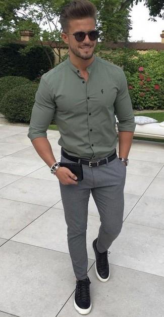 Как и с чем носить: оливковая рубашка с длинным рукавом, серые шерстяные брюки чинос, черные кожаные низкие кеды, черный кожаный ремень