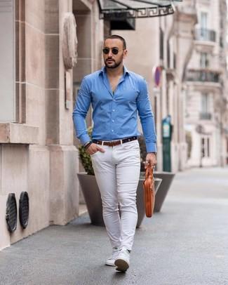 Как и с чем носить: синяя рубашка с длинным рукавом, белые брюки чинос, белые низкие кеды, светло-коричневый кожаный портфель