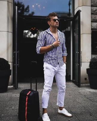 Как и с чем носить: бело-темно-синяя рубашка с длинным рукавом в вертикальную полоску, белые брюки чинос, белые кожаные низкие кеды, черные солнцезащитные очки