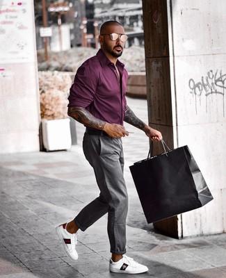 Как и с чем носить: темно-пурпурная рубашка с длинным рукавом, серые брюки чинос, белые кожаные низкие кеды с принтом, черный кожаный ремень