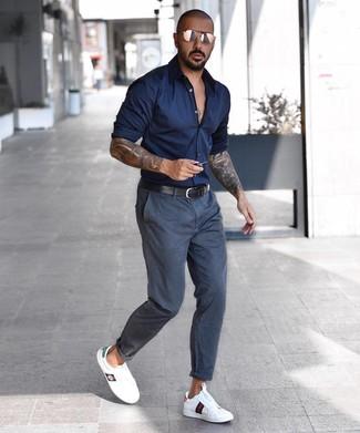 Как и с чем носить: темно-синяя рубашка с длинным рукавом, темно-серые брюки чинос, белые кожаные низкие кеды, черный кожаный ремень