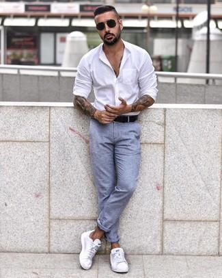 Как и с чем носить: белая рубашка с длинным рукавом, голубые брюки чинос, белые низкие кеды, черный кожаный ремень