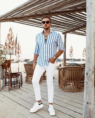 Как и с чем носить: бело-синяя рубашка с длинным рукавом в вертикальную полоску, белые брюки чинос, бело-черные кожаные низкие кеды, черные солнцезащитные очки