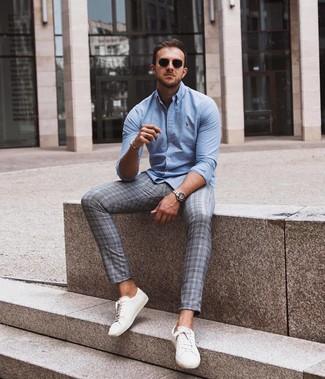 Как и с чем носить: голубая рубашка с длинным рукавом, серые брюки чинос в шотландскую клетку, белые кожаные низкие кеды, черные солнцезащитные очки