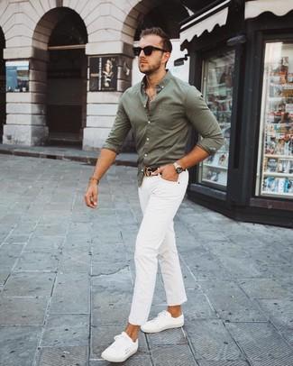 Как и с чем носить: оливковая рубашка с длинным рукавом, белые брюки чинос, белые низкие кеды, черный кожаный ремень